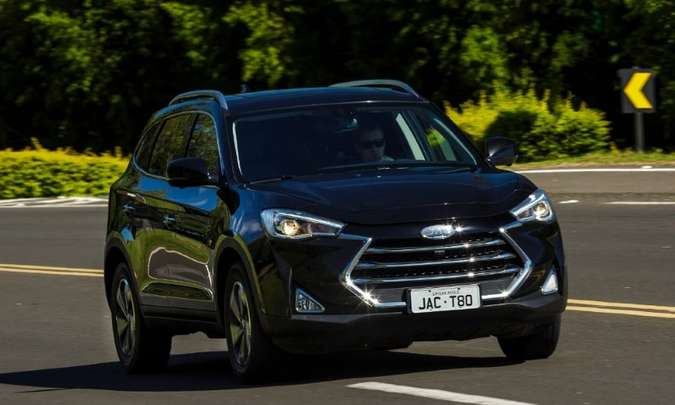 Porte do SUV é encorpado, com vincos e linha de cintura ascendente(foto: JAC/Motors/Divulgação)