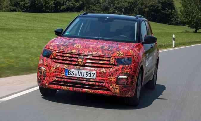 Na versão equipada com faróis full LED, a luz de condução diurna fica acima, na carcaça do farol(foto: Volkswagen/Divulgação)