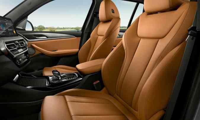 Os bancos dianteiros têm ajustes elétricos e sistema de aquecimento ou ventilação(foto: BMW/Divulgação)