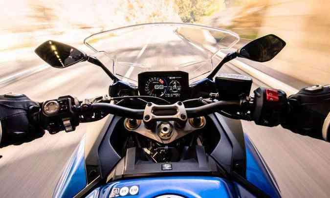 O painel é em TFT com tela de 6,5 polegadas, conectável ao celular(foto: Suzuki/Divulgação)