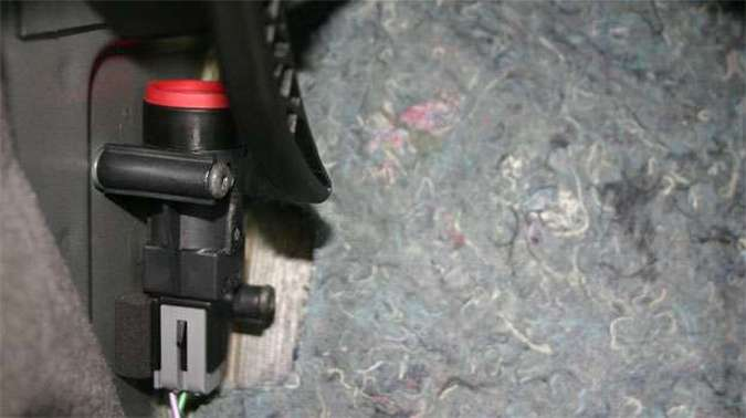 O FPS da Ford é vermelho, mas localizá-lo embaixo do forro requer muita paciência(foto: Paulo Henrique Vivas/Esp. para o EM/D.A Press)