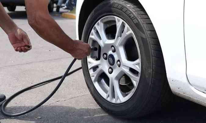 A calibragem dos pneus deve ser conferida semanalmente, pois se estiverem vazios, influenciam no consumo(foto: Jorge Lopes/EM/D.A Press)