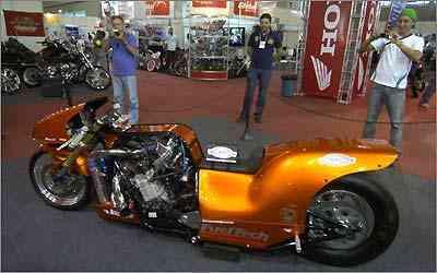 Todo mundo quer bater uma foto desta moto Dragster de 450 cv feita em Minas Gerais - Fotos: Teo Mascanheras/EM/D.A. Press