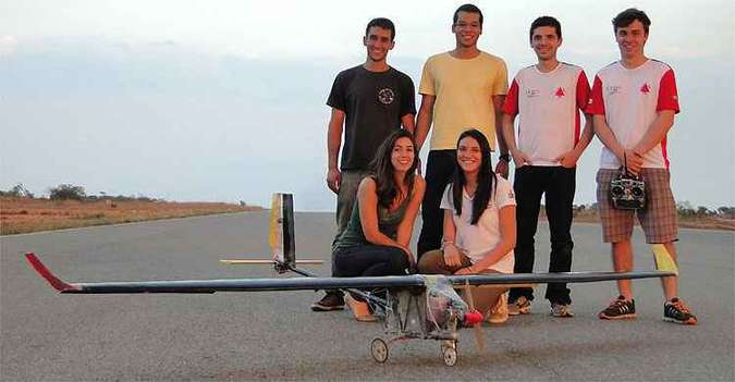 Equipe de alunos de engenharia aeroespacial da UFMG é formada por Lucas Pereira, Lucas Coelho, Guilherme Freitas, Artur Dalmazio, Bárbara Gramiscelli e Laura Tameirão (foto: Equipe Uai, So! Fly!!!/Divulgação)