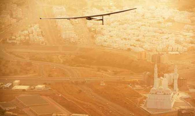 O primeiro trajeto, dos Emirados Árabes a Omã, levaria só uma hora em um avião comercial. Mas, no caso do Solar Impulse, a viagem durou 12 horas para percorrer 400 quilômetros(foto: Solar Impulse/Divulgação)
