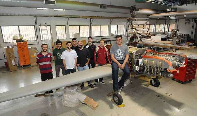 O professor Paulo Iscold e a equipe vitoriosa do Cea, à frente do mais novo projeto, o K-55: outros horizontes(foto: Gladyston Rodrigues/EM/D.APress)