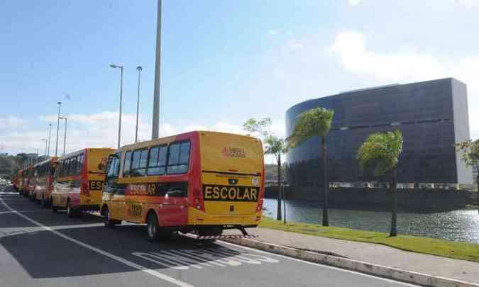 Metade de 400 micro-ônibus escolares para Minas foram entregues hoje em BH(foto: Jair Amaral/EM/D.A Press)
