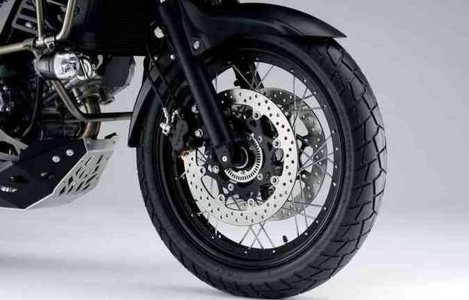 Freios ABS impedem o travamento das rodas em frenagens(foto: Suzuki/Divulgação)