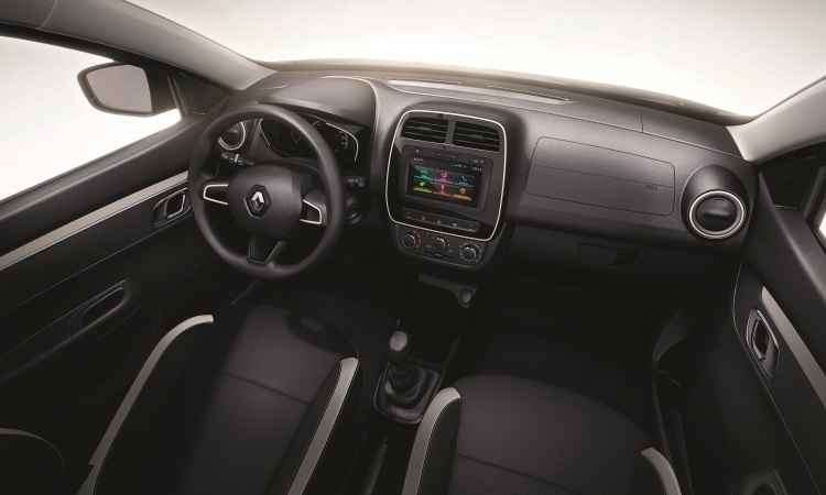 Bancos em tecido e painel com muito plástico são para manter o preço baixo; central multimídia é um opcional - Renault/Divulgação