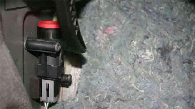 O FPS da Ford é vermelho, mas localizá-lo embaixo do forro requer muita paciência - Paulo Henrique Vivas/Esp. para o EM/D.A Press