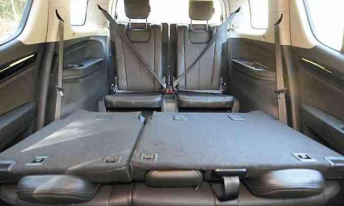 A área para bagagem é flexível, mas espaço na terceira fileira de bancos é bem limitado(foto: Jair Amaral/EM/D.A Press)