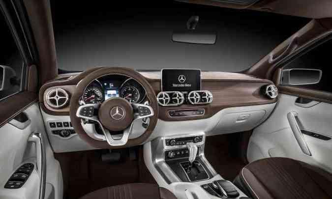 Interior é mais próximo à picape de produção e traz carvalho no painel(foto: Mercedes-Benz/Divulgação)