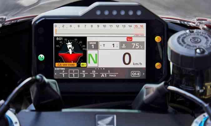 O painel com tela de cinco polegadas é configurável e indica a inclinação da moto(foto: Honda/Divulgação)