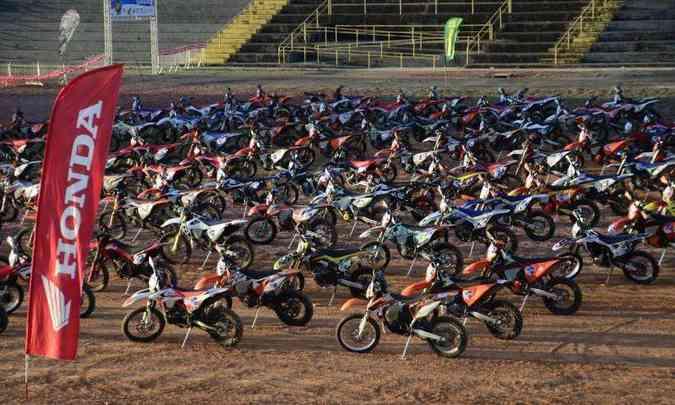 Entre uma etapa e outra, um descanso para as motos, que ficaram enfileiradas(foto: Janjão Santiago/Mundo Press)