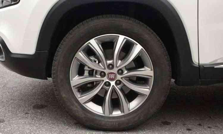 As rodas de liga leve são de 18 polegadas com pneus 225/60 -
