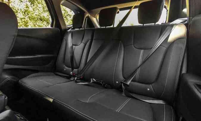 O espaço no banco traseiro proporciona conforto para dois passageiros, pois três ficam apertados(foto: Jorge Lopes/EM/D.A Press)