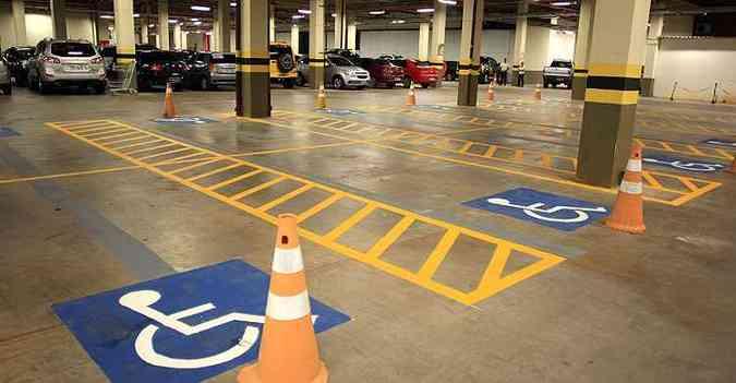 Áreas de estacionamento de estabelecimentos privados de uso coletivo também são passiveis de multa (foto: Honório Moreira/OIMP/D.A Press)