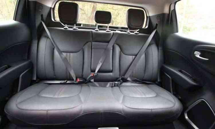 No banco traseiro o espaço proporciona conforto para apenas dois passageiros - Edésio Ferreira/EM/D.A Press