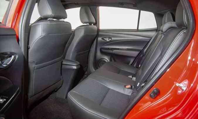 Distância entre-eixos de 2,55m, tanto no hatch quanto no sedã, assegura bom espaço para os passageiros(foto: Toyota/Divulgação)