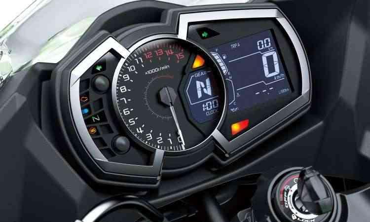 O painel ficou mais completo e tem o conta-giros analógico em destaque - Kawasaki/Divulgação