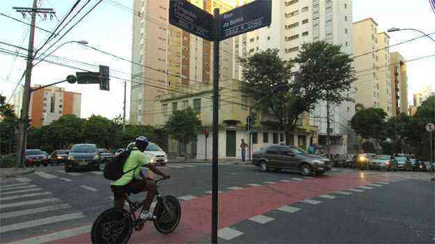 Ciclista tenta passar no cruzamento da Fernandes Tourinho com Bahia - Ramon Lisboa/EM/D.A PRESS