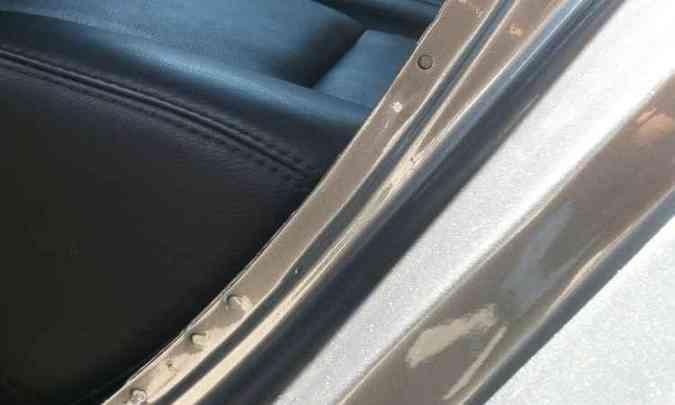 Falta uniformidade nos pontos de solda originais, sinal de que o local foi reparado(foto: Confiar/Divulgação)