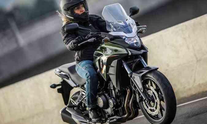 Para-brisa com regulagem de altura e guidão mais alto na aventureira CB 500X(foto: Caio Mattos/Honda/Divulgação)