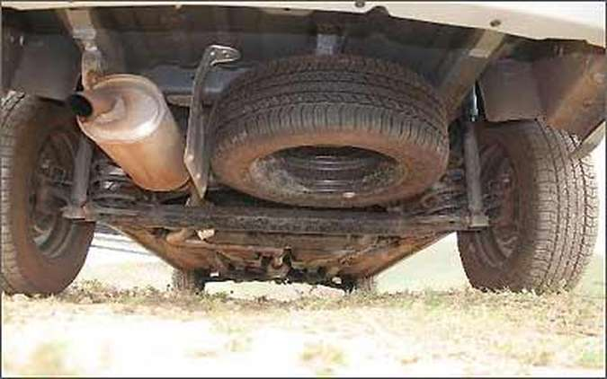 Estepe fica posicionado abaixo do veículo, onde suja com facilidade