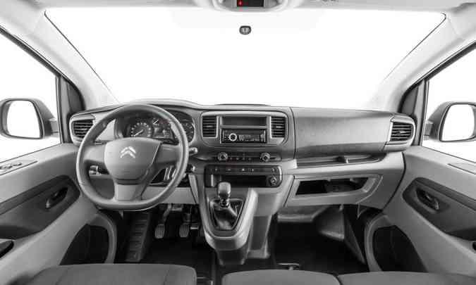 Interior lembra o de um veículo de passeio, com direito a velocímetro digital e computador de bordo; existem diversos porta-trecos espalhados pela cabine(foto: Coitroën/Divulgação)
