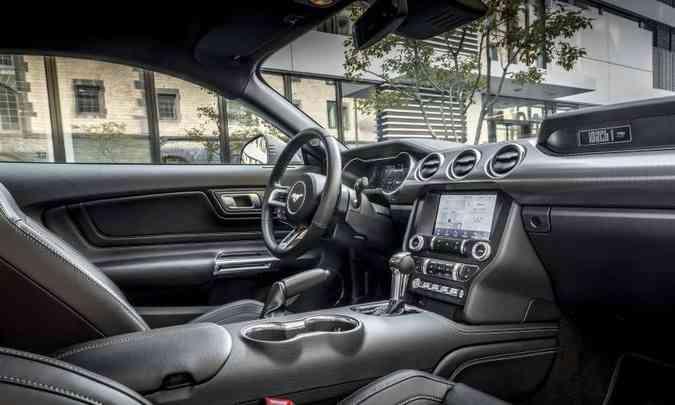 O motorista tem à disposição um verdadeiro cockpit, com todos os comandos à mão(foto: Ford/Divulgação)