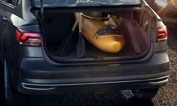 Com 521 litros, compartimento de carga do Virtus pode ser expandido; versão de topo rebate até o banco do passageiro, para transportar objetos longos(foto: Volkswagen/Divulgação)