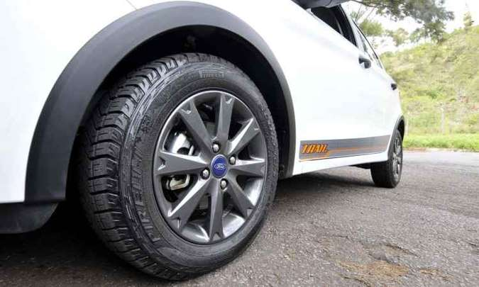 Rodas de liga leve escurecidas calçadas com pneus de uso misto(foto: Juarez Rodrigues/EM/D.A Press)