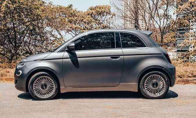 O Fiat 500e cresceu nas dimensões e traz vinco marcante nas laterais que definem a sua linha de cintura(foto: Jorge Lopes/EM/D.A Press)