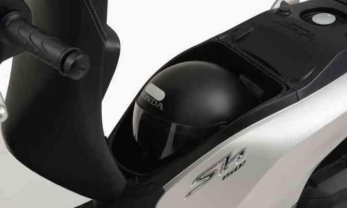 O capacete vai sob o banco(foto: Honda/Divulgação)