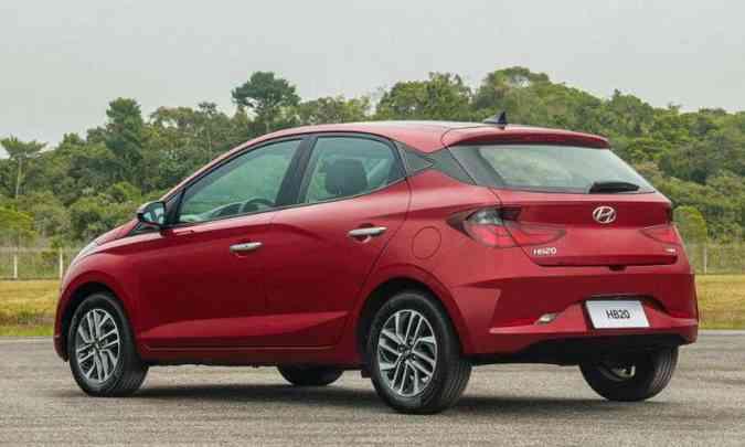 A traseira ficou mais vincada, com novas lanternas e elementos diferentes no para-choque(foto: Hyundai/Divulgação)