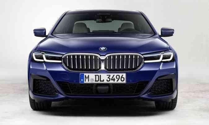 O modelo de estilo esportivo traz uma grade curva com tiras verticais na cor azul(foto: BMW/Divulgação)