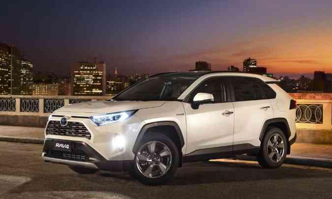 Modelo tem linhas retas angulares e faróis com LED e ajuste automático de altura(foto: Toyota/Divulgação)