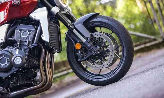 A suspensão dianteira é invertida, com funções separadas e reguláveis(foto: Caio Mattos/Honda/Divulgação)