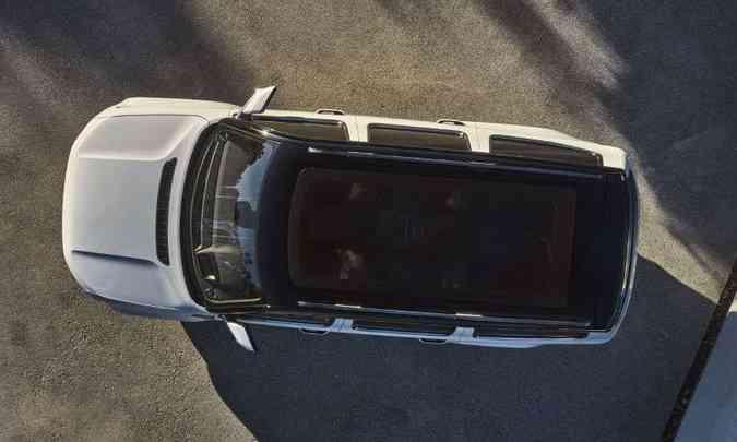 Teto solar panorâmico também integra a parte de fora com o interior do veículo(foto: Jeep/Divulgação)