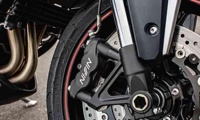 Os freios são a disco com ABS(foto: Thiago Henrique/Triumph/Divulgação)