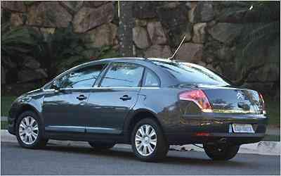 Linhas traseiras são limpas e desenho das lanternas inspirado em carro-conceito embeleza -