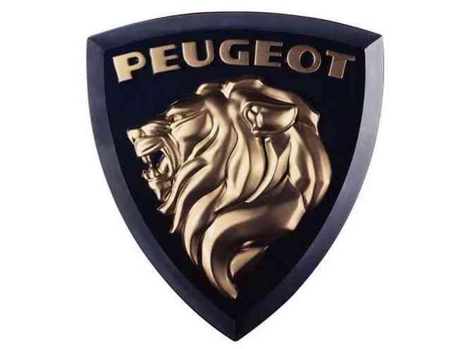 1960: agora surge apenas a cabeça do leão, com os dentes à mostra e a juba esvoaçante. Acima está a inscrição %u201CPeugeot%u201D, tudo em dourado, com fundo preto e moldura triangular. Colocada no centro da grade, esta é a logomarca que inspirou a que está prestes a ser adotada pela marca.(foto: Peugeot/Divulgação)