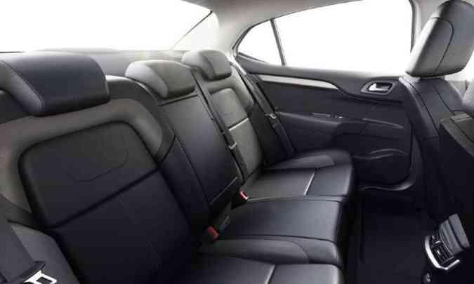 Com 2,71m de distância entre-eixos, o sedã tem bom espaço no banco traseiro(foto: Citroën/Divulgação)