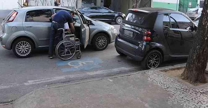 Smart estacionado irregularmente impede uso por deficiente(foto: Marcos Vieira/EM/D.A Press)