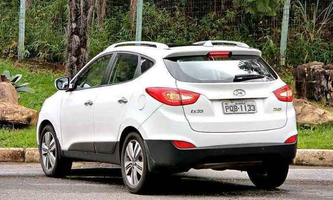 Visibilidade traseira é ruim, mas o sensor de estacionamento auxilia nas manobras(foto: Marlos Ney Vidal/ EM/D.A Press)