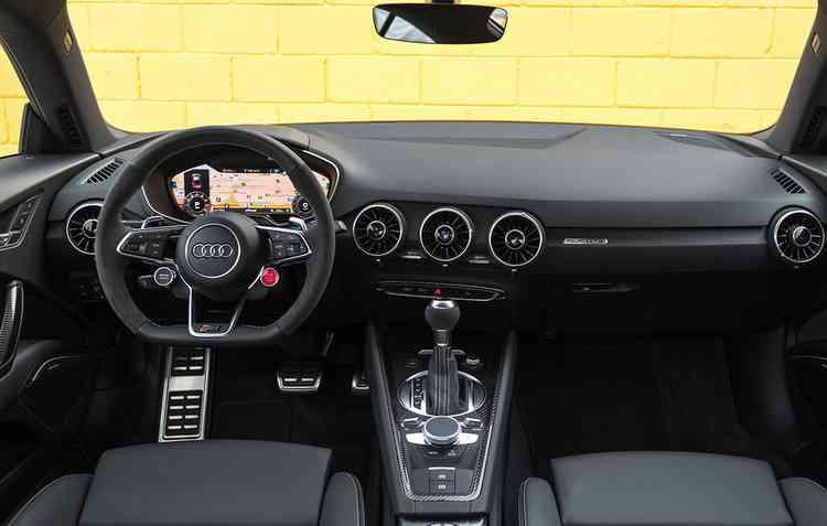 Volante multifuncional esportivo e sensor de estacionamento dianteiro e traseiro estão disponíveis no TT RS - Audi / Divulgação