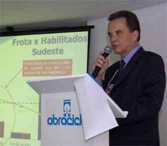 Diretor-Executivo da Abraciclo, José Eduardo Gonçalves, durante coletiva na 3ª MOTOFAIR, o Salão das Motos de Minas, de 29 de marco a 1 de abril de 2012, no Expominas(foto: Jair Amaral/EM/D.A Press)