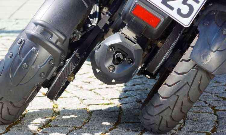 O escapamento fica camuflado entre as rodas traseiras - Quadro Vehicles/Divulgação