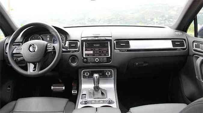 Interior com acabamento primoroso e volante multifunção