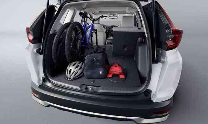 O porta-malas tem bom volume em condições normais, mas com o rebatimento do banco traseiro o espaço aumenta(foto: Honda/Divulgação)